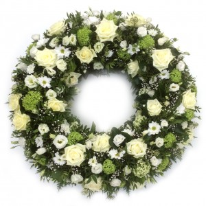 Kranz mit weißen Rosen und Trachelium, ø 70 cm