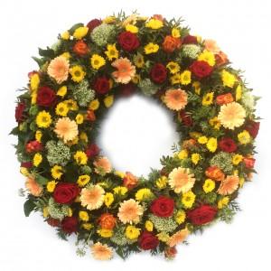 Kranz mit roten Rosen und Gerbera in Lachstönen, ø 70 cm